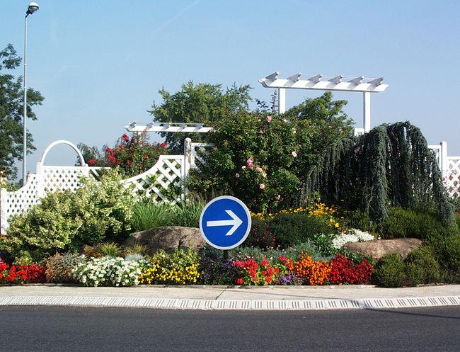 Rond-point fleuri à pergola en banlieue sud