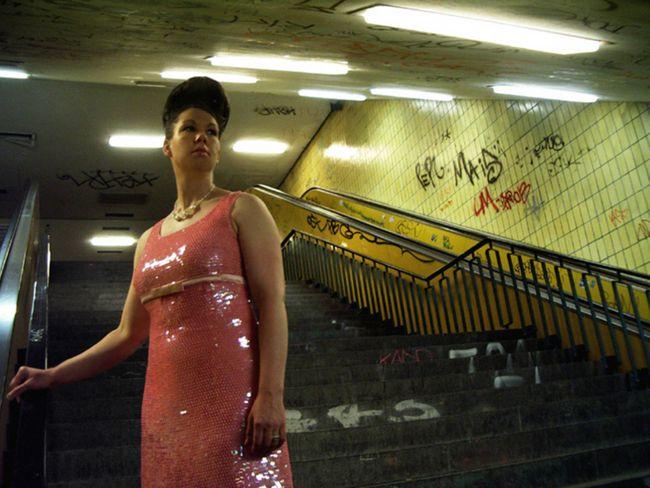 Fräulein Schmetterling in der U-Bahn